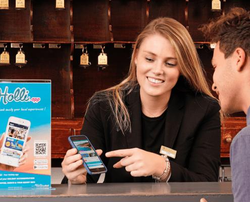 Receptionist legt Holli-app uit