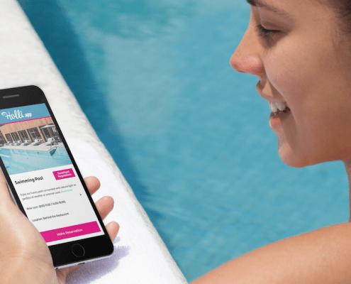 Vrouw gebruikt Holli-App bij het zwembad