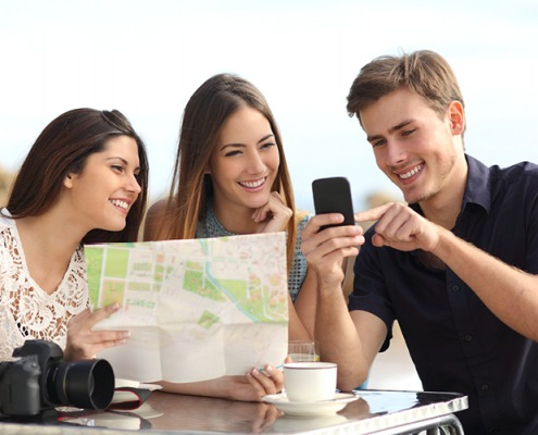 Groepje vrienden kijkt naar landskaart en Holli-App